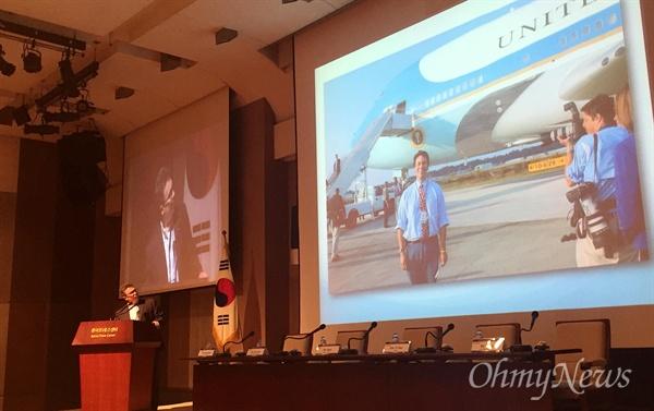폴리티팩트 창립자인 빌 아데어 듀크대 교수가 18일 서울 프레스센터에서 열린 '팩트체크 국제 컨퍼런스' 기조 연설 도중 자신의 백악관 출입기자 시절 사진을 소개하고 있다.