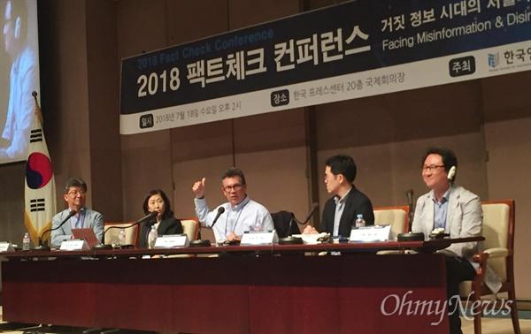 빌 아데어 듀크대 교수가 18일 서울 프레스센터에서 열린 팩트체크 컨퍼런스에서 토론자들 질문에 답하고 있다.