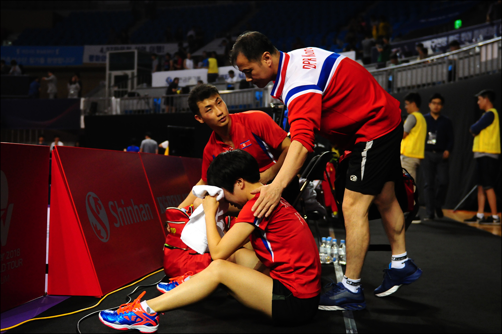황성국 남자 대표팀 책임지도자(감독)가 주저앉아 울고 있는 김남해 선수를 위로하고 있다.