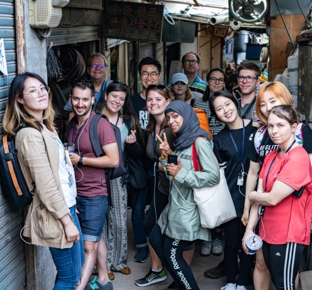 한국 제조업의 심장, 을지로 투어를 하며 한국의 저력을 체험하는 외국인 관광객