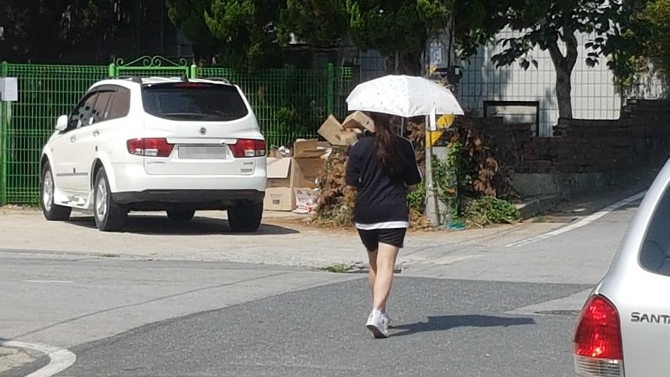 20일 오후 전국의 날씨는 빠르게 상승해 오후 1시 현재 충남 홍성지역의 낮기온은 34℃로 어제보다 2℃나 높은 기온을 보이고 있다. 20일 오후 거리를 나서는 시민들은 뜨거운 햇볕을 피하기 위해 양산을 쓰기도 하고, 어르신들은 머리에 물을 적신 수건을 올려놓고 다니는 모습들이 보인다.