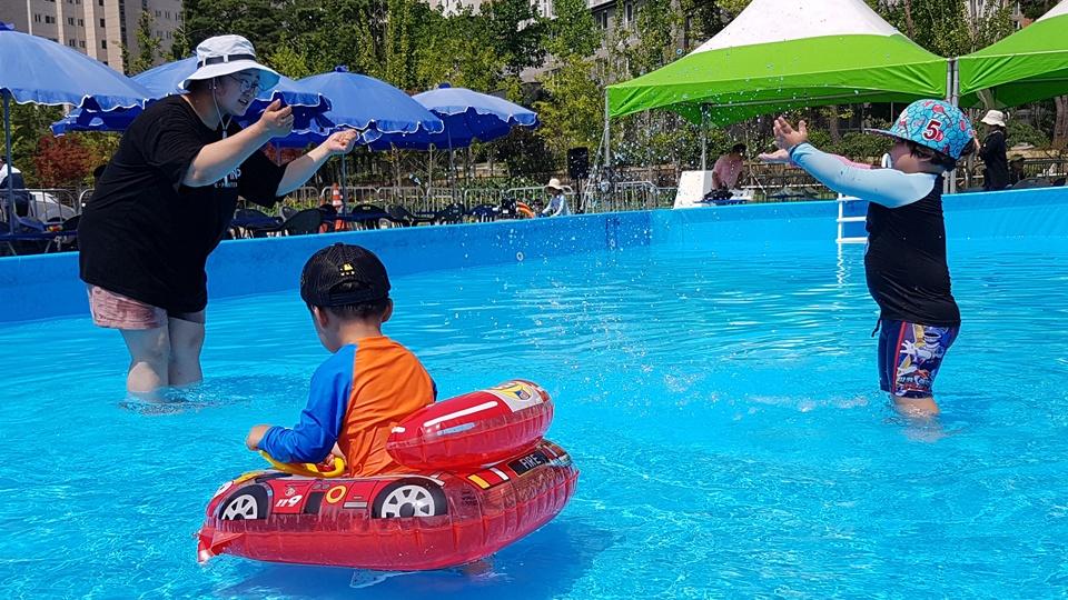 20일 오후 충남도청이 있는 내포신도시 한 공터 물놀이장에는 개장 첫날임에도 불구하고 많이 아이들이 물놀이를 즐기고 있다.