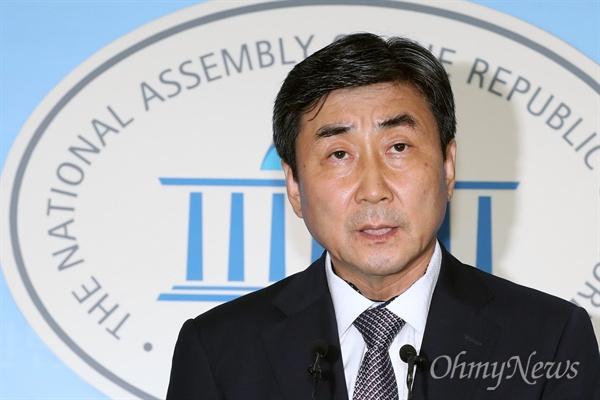 당권도전 선언한 이종걸 이종걸 더불어민주당 의원이 20일 오후 서울 여의도 국회 정론관에서 당 대표 출마 선언을 하고 있다.