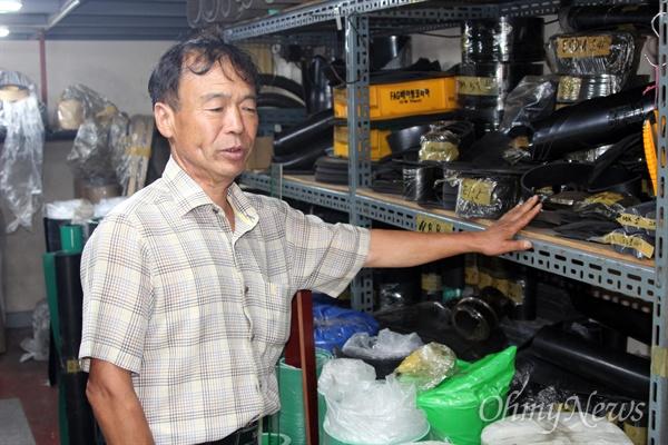 김기철씨, 그가 판매하는 물건에 대한 설명을 하고 있다.