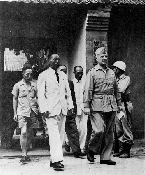 국내 진입작전을 논의하기 위해 미국 도노번 장군을 만난 김구 선생 1945년 8월, 김구 선생은 중국 서안에서 광복군 총사령 이청천 장군과 함께 미국측 도노반 소장을 만나 광복군의 한반도 투입 문제를 논의했다.