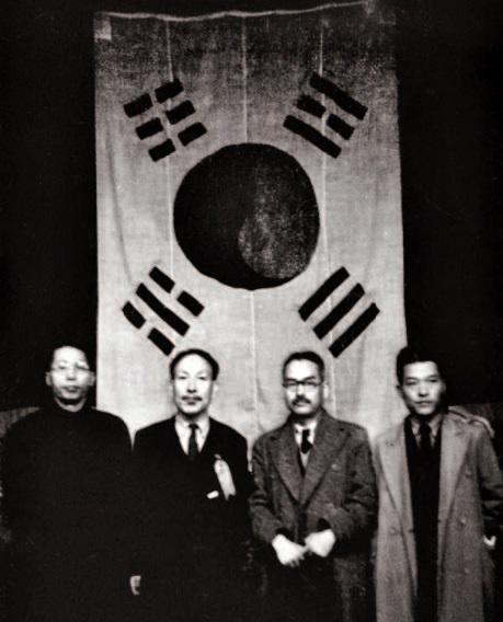 1941년 3월 1일, 3.1절 22주년 기념식. 김구 선생과 조소앙 선생, 신익희 선생, 김원봉 장군이 함께 선 사진이다. 매우 귀한 자료다.