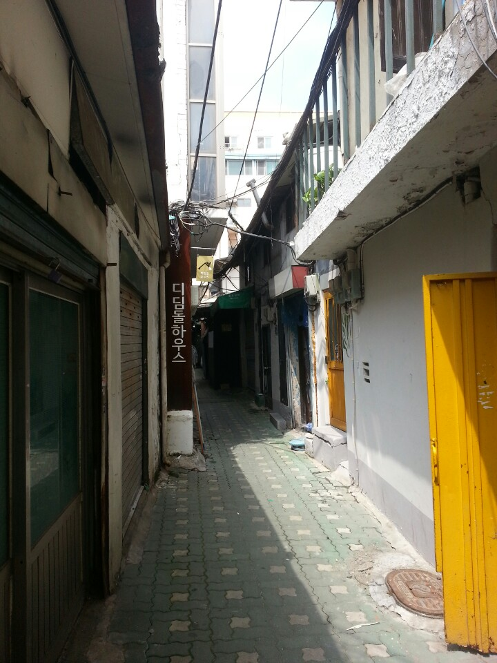 '디딤돌하우스'는 서울시의 후원으로 리모델링한 쪽방 건물이다. 1층에 샤워실, 세탁실, 휴게실 등이 갖추어져 있어 인기가 높다.