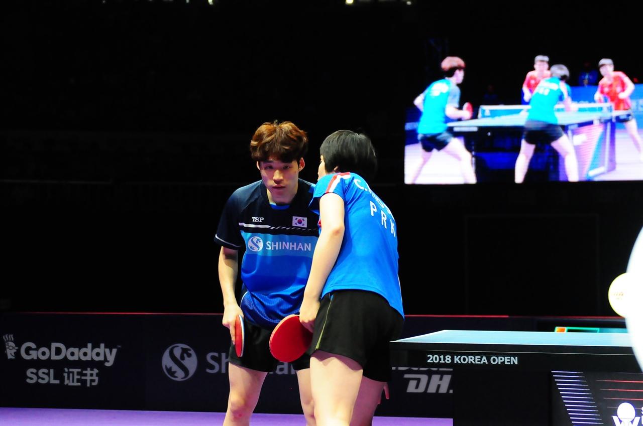 '2018코리아오픈 국제탁구대회'에 출전한 남북 단일팀 남녀 혼합복식 장우진(남)-차효심(북)조가 21일 오후에 열린 결승전에서 중국의 왕춘친-순잉샤 조를 세트스코어 3대 1로 이기고 우승했다.