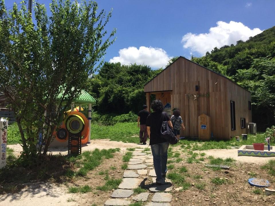 곰티사람들은 작년 세이브더칠드런의 농어촌 어린이놀이터 지원사업에 지원하게 되었고, 지자체와 공동 지원으로 아이들을 위한 공간을 만들었다.