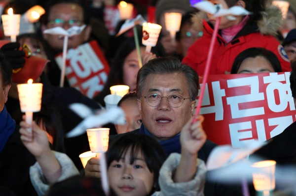 2016년 12월 박근혜 대통령 퇴진 촛불집회에 참석했던 문재인 전 대표.