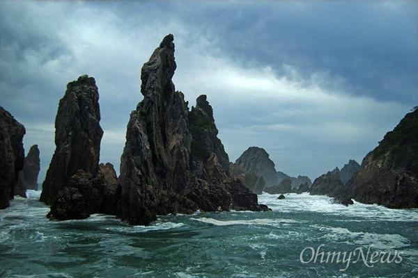 흑산군도는 100개가 넘는 섬들로  이루어져 있다. 묵묵히 파도를 견뎌내고 있는 홍도의 촛대바위.