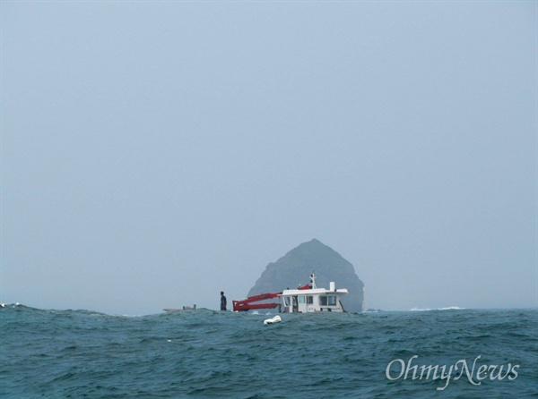 흑산바다에서 한 어선이 높은 파도를 넘어가며 조업을 하고 있다.