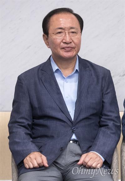 지난 18일 오전 인천공항제2터미널 귀빈실에서 열린 5당대표 방미 기자회견에 참석하고 있는 노회찬 의원의 모습.