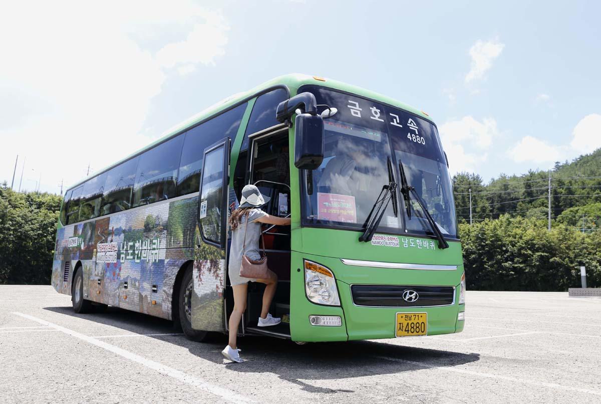 전라도 관광지를 순환하는 '남도한바퀴'. 고흥 금당팔경 예술여행을 떠난 버스가 소록도에서 승객을 태우고 있다.