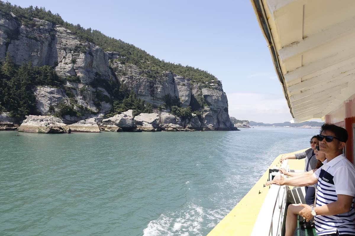 금당팔경 유람선을 탄 여행객들이 금당도의 해안절경을 감상하고 있다.