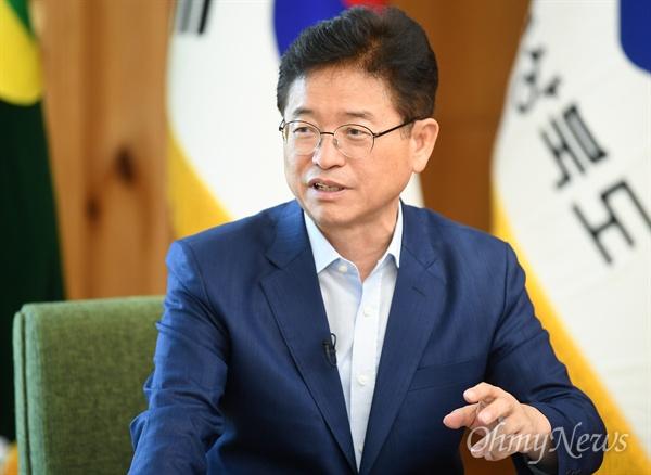 이철우 경상북도지사가 지난 19일 경북도청에서 <오마이뉴스>와 인터뷰를 갖고 있는 모습.