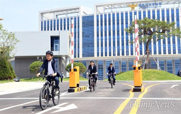 이철우 경상북도지사가 23일 경북경찰청을 방문한 뒤 자전거를 타고 나오고 있다.