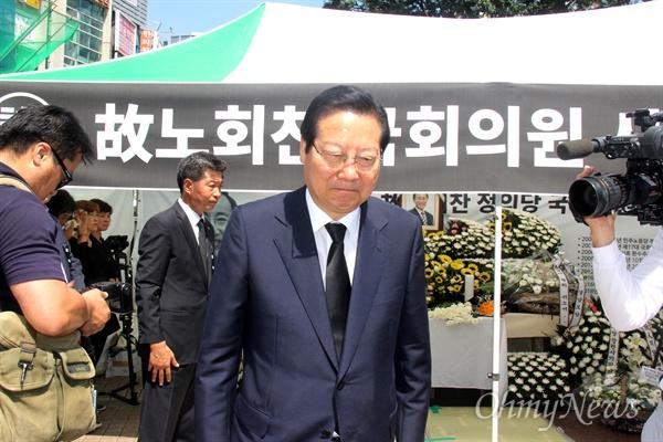 7월 24일 창원 한서병원 앞 문화광장에 마련된 고 노회찬 국회의원의 시민분향소에 공민배 전 창원시장이 찾아와 조문한 뒤 나오고 있다.