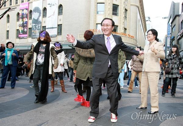 세계여성의 날 축하하는 노회찬 율동 노회찬 마들연구소장이 3.8 세계여성의 날인 지난 2011년 3월 8일 낮 서울 명동거리에서 열린 플래미몹 '해피 위민스 데이(Happy Women's Day!')'에 참여해서 여성단체 회원들과 함게 춤을 추고 있다.