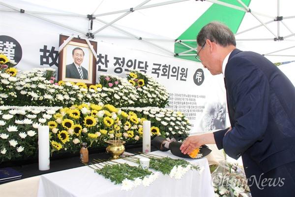 권민호 더불어민주당 '창원성산'지역위원장이 7월 24일 고 노회찬 국회의원의 분향소를 찾아 조문하고 있다.