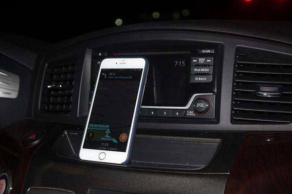 렌트카 차량내부 스마트폰으로 설치한 네비게이션