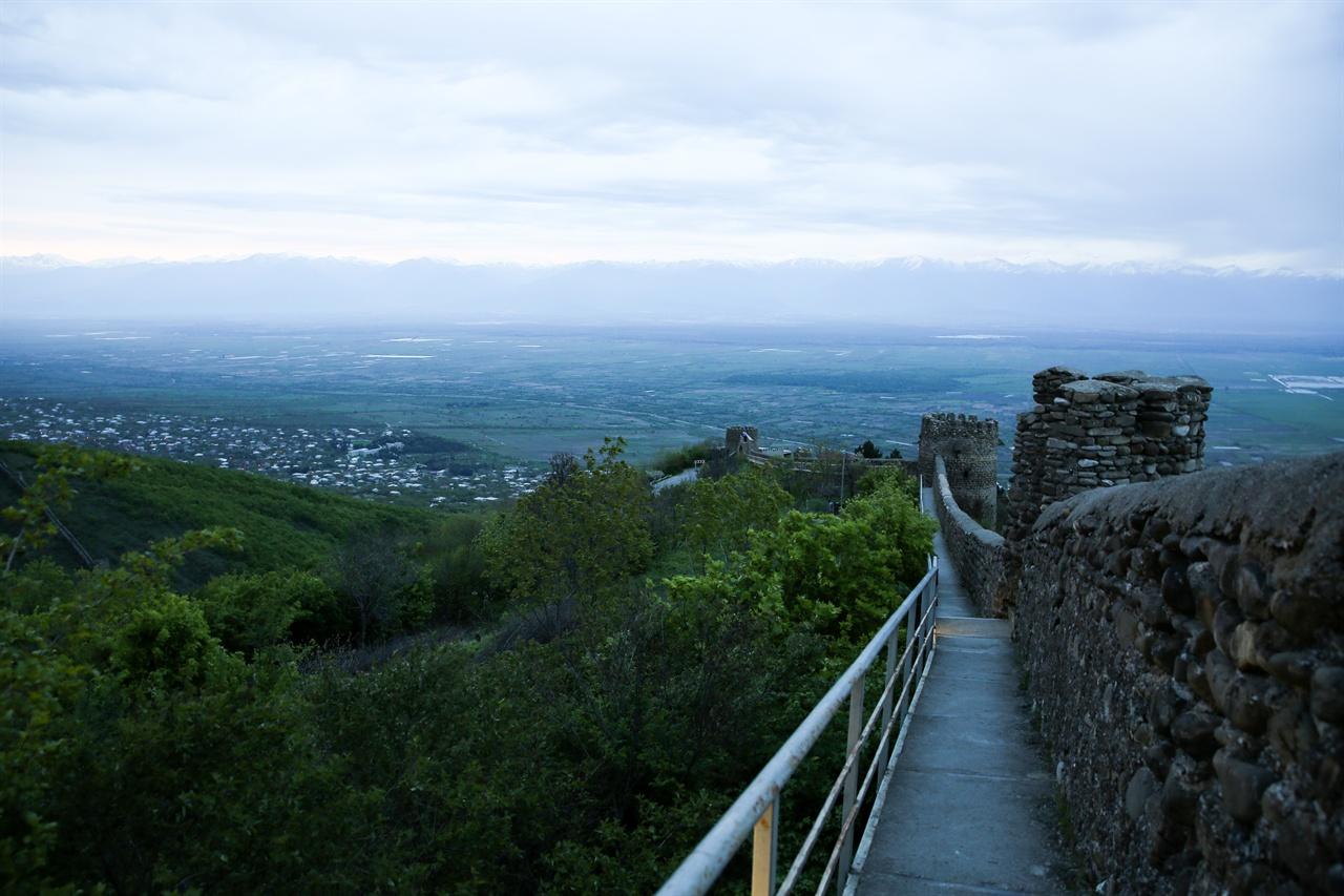 시그나기 성곽길 4.5킬로 달하는 시그나기 성. 성벽길은 한 사람이 겨우 지날 수 있을 정도로 좁다.