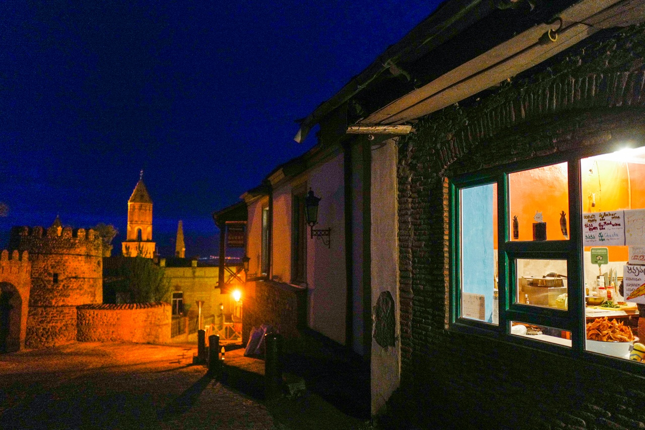시그나기 마을의 밤 풍경 멀리 게오르기 성당이 보인다