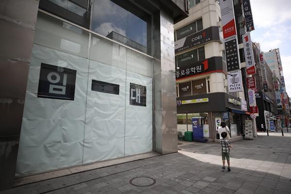15일 서울 시내 한 건물에 임대 안내문이 붙어있는 모습.