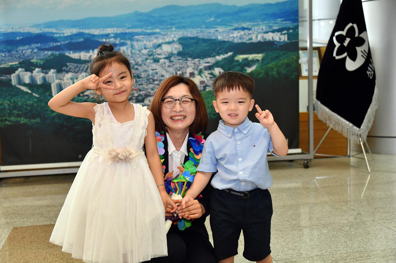 아이들과 함께 사진촬영중인 은수미 성남시장