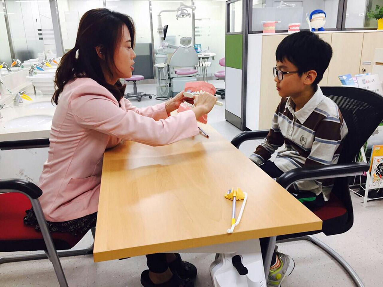 수정구보건소에서 초교 4학년생이 치과주치의 구강 교육 받고 있는 모습