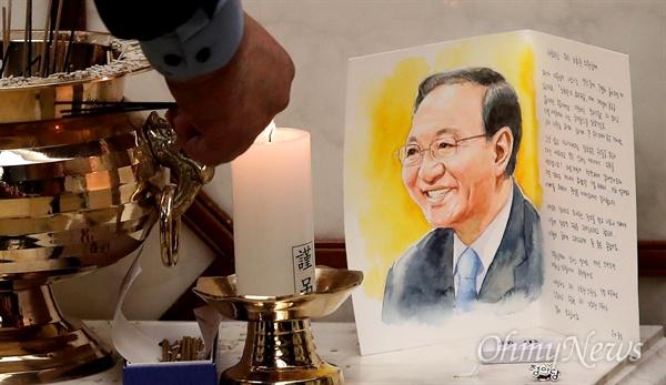 24일 오후 서울 서대문구 연세대 세브란스병원 장례식장에 마련된 고 노회찬 정의당 원내대표의 빈소에 한 시민이 고인의 넋을 기리며 쓴 편지가 놓여 있다.