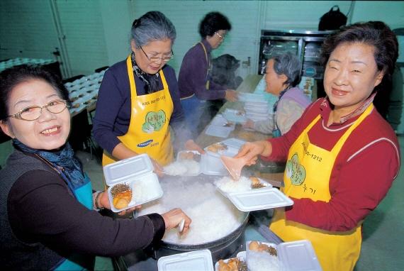 성공회푸드뱅크초기도시락사업 1967년 미국의 자원봉사자 John Van Hengel이 창시한 푸드뱅크 운동은 1998년 성공회에 의해 한국에 처음 도입됐다