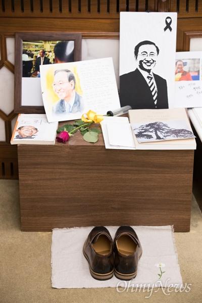 노회찬 빈소에 올려진 구두 한 켤레 25일 오전 서울 서대문구 연세대 세브란스병원 장례식장에 마련된 고 노회찬 정의당 원내대표의 빈소에 조문객이 구두 한 켤레를 올렸다.