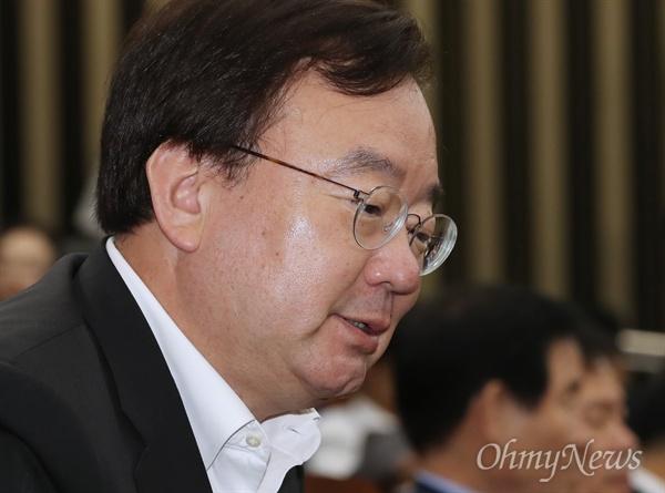 의총 참석한 강효상 의원 강효상 자유한국당 의원이 24일 오후 서울 여의도 국회 본관에서 열린 의원총회에 참석하고 있다.
