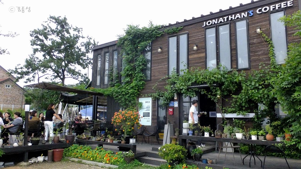 섬 해안도로변에 생겨난 카페들.