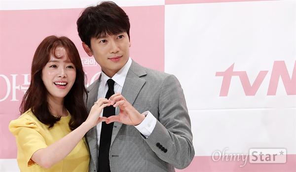 '아는 와이프' 한지민-지성, 유쾌한 하트 배우 한지민과 지성이 25일 오후 서울 영등포의 한 웨딩홀에서 열린 tvN 수목드라마 <아는 와이프> 제작발표회에서 하트를 만들며 포즈를 취하고 있다. <아는 와이프>는 한 번의 선택으로 달라진 현재를 살게 된 운명적 러브스토리를 그린 'if 로맨스' 작품이다. 8월 1일 수요일 오후 9시 30분 첫 방송.