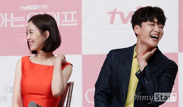 '아는 와이프' 지성-장승조, 일등 남편들의 부부생활 배우 지성이 25일 오후 서울 영등포의 한 웨딩홀에서 열린 tvN 수목드라마 <아는 와이프> 제작발표회에서 배우 장승조와 자신들의 부부생활에 대해 이야기하며 웃고 있다. <아는 와이프>는 한 번의 선택으로 달라진 현재를 살게 된 운명적 러브스토리를 그린 'if 로맨스' 작품이다. 8월 1일 수요일 오후 9시 30분 첫 방송.