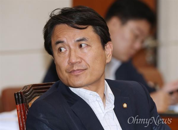 김진태 자유한국당 의원이 지난 7월 25일 서울 여의도 국회 본관에서 열린 정무위원회 전체회의에서 질의를 준비하고 있다.