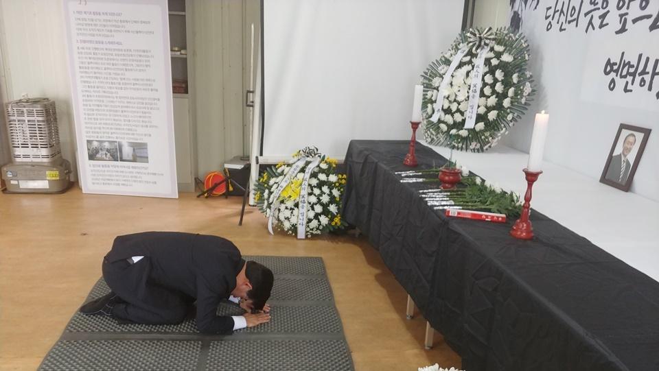 """태안군의회 김기두 의장은 25일 조화를 보내는 한편, 직접 분향소를 방문해 조문했다. 그러면서 """"가슴이 너무 아프다. 부디 좋은 곳에서 영면하소서""""라는 글을 남겼다."""