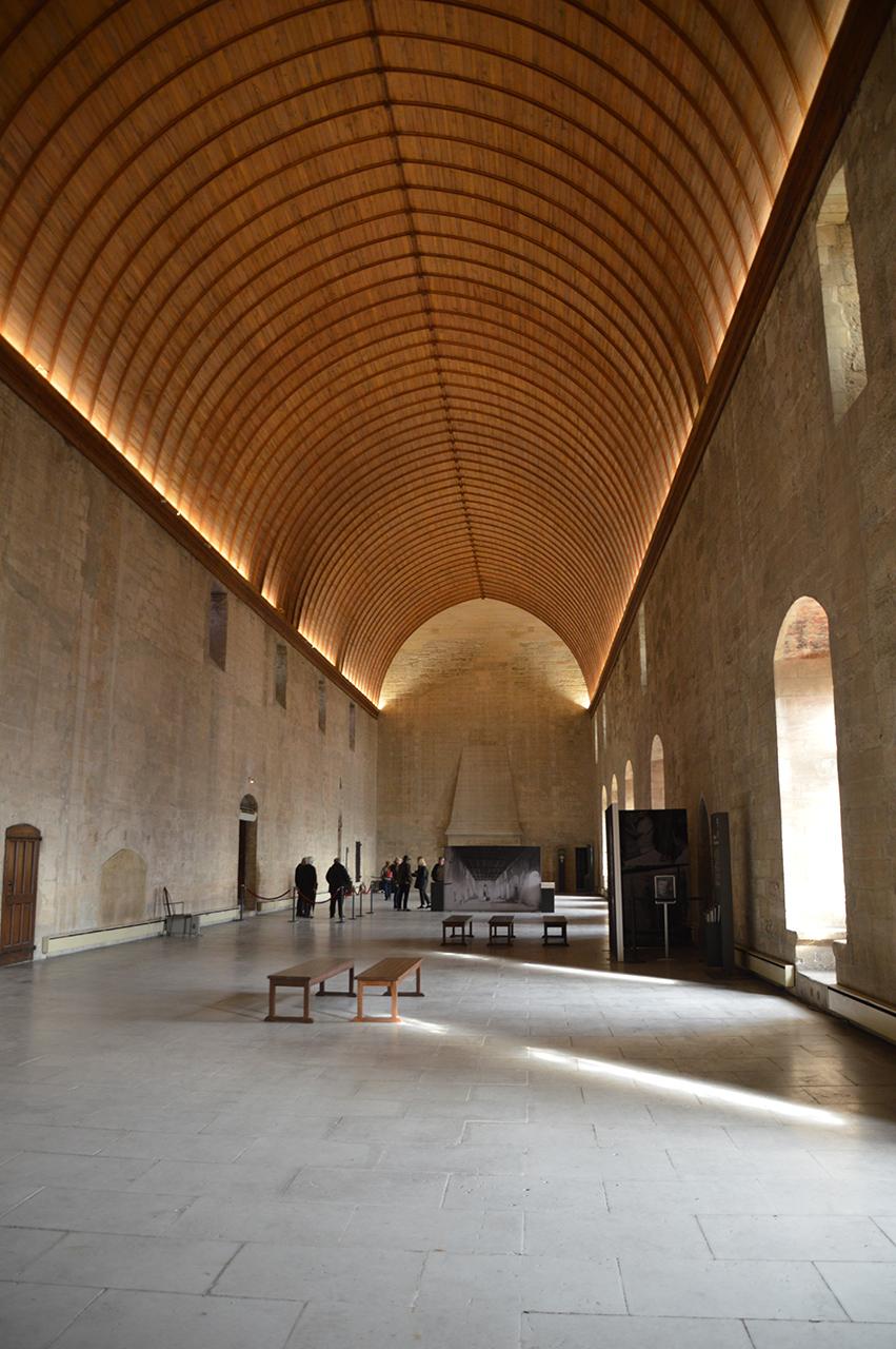 그랑 티넬. 중세 교황을 선출하던 그랑 티넬의 높은 천장과 나무장식이 아름답다.