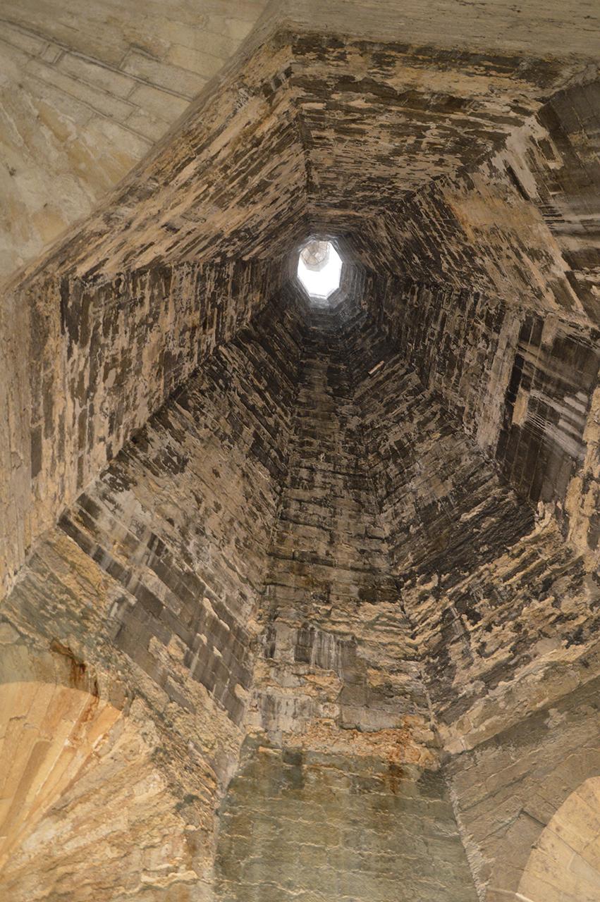 교황청 굴뚝. 고기를 구우면서 발생한 많은 연기를 배출하던 시설이다.