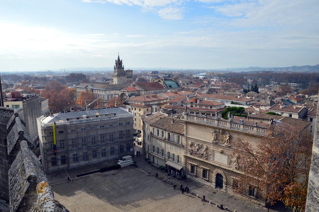 아비뇽 전경. 교황청 옥상에서는 교황청 광장 너머 아비뇽 시내가 한눈에 들어온다.
