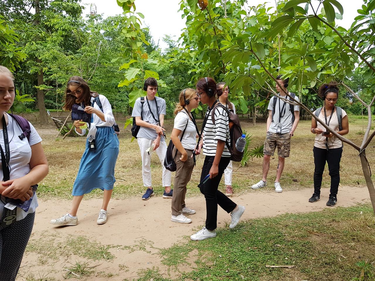 슬프고 진지한 모습으로 기념관을 걷는 푸른 눈의 청소년들. 함께 울어주는 이들의 모습이 감동적이었다.