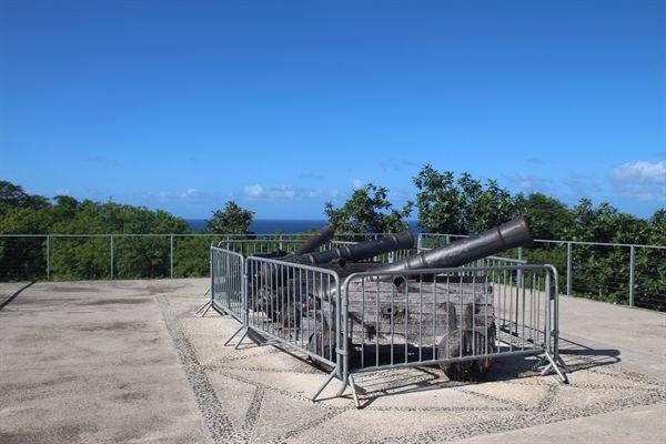 괌 아가나전망대 위에 설치된 스페인 점령시 포대 모습