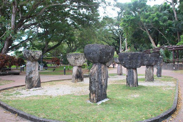 괌 라테스톤 소공원내 가옥 기초가 된 중요 증거 석돌
