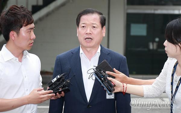 '계엄령 문건' 피의자 소환된 소강원 기무사 참모장 기무사 계엄령 문건 작성 관련 테스크포스(TF)를 이끌었던 소강원 기무사 참모장(문건 작성 당시 기무사3처장)이 26일 오후 국방부 특별수사단의 조사를 받기 위해 서울 용산구 국방부 검찰단 본관에 피의자 신분으로 소환되고 있다.