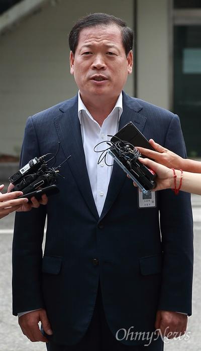 소강원 기무사 참모장, '계엄령 문건' 관련 소환 기무사 계엄령 문건 작성 관련 테스크포스(TF)를 이끌었던 소강원 기무사 참모장(문건 작성 당시 기무사3처장)이 26일 오후 국방부 특별수사단의 조사를 받기 위해 서울 용산구 국방부 검찰단 본관에 피의자 신분으로 소환되고 있다.