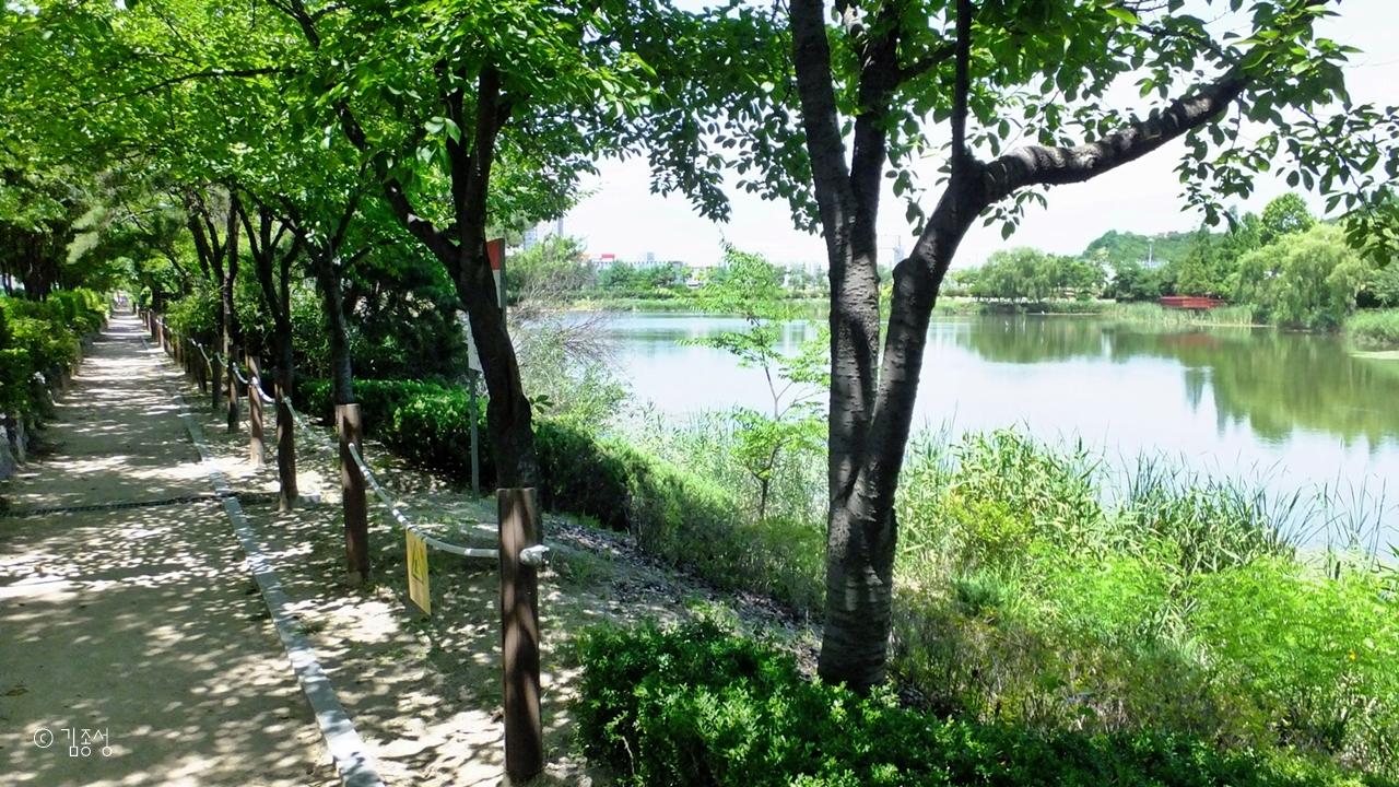 산책하기 좋은 정왕호수공원.