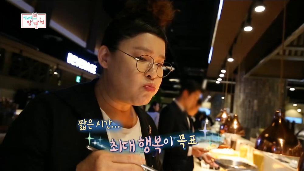 MBC < 전지적 참견 시점 >의 한 장면. 최근 이영자는 특유의 먹방으로 새롭게 전성기를 누리고 있다.