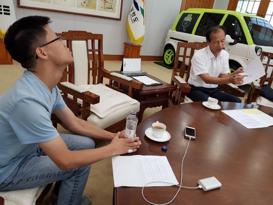 최문순 강원도지사가 <오마이뉴스>와 인터뷰를 하고 있다.